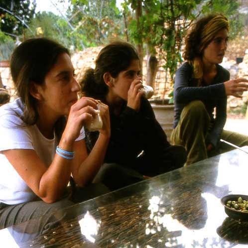 .מתנדבים שותים תה בחוות חלב עם הרוח בגליל. צילום: טל גליק